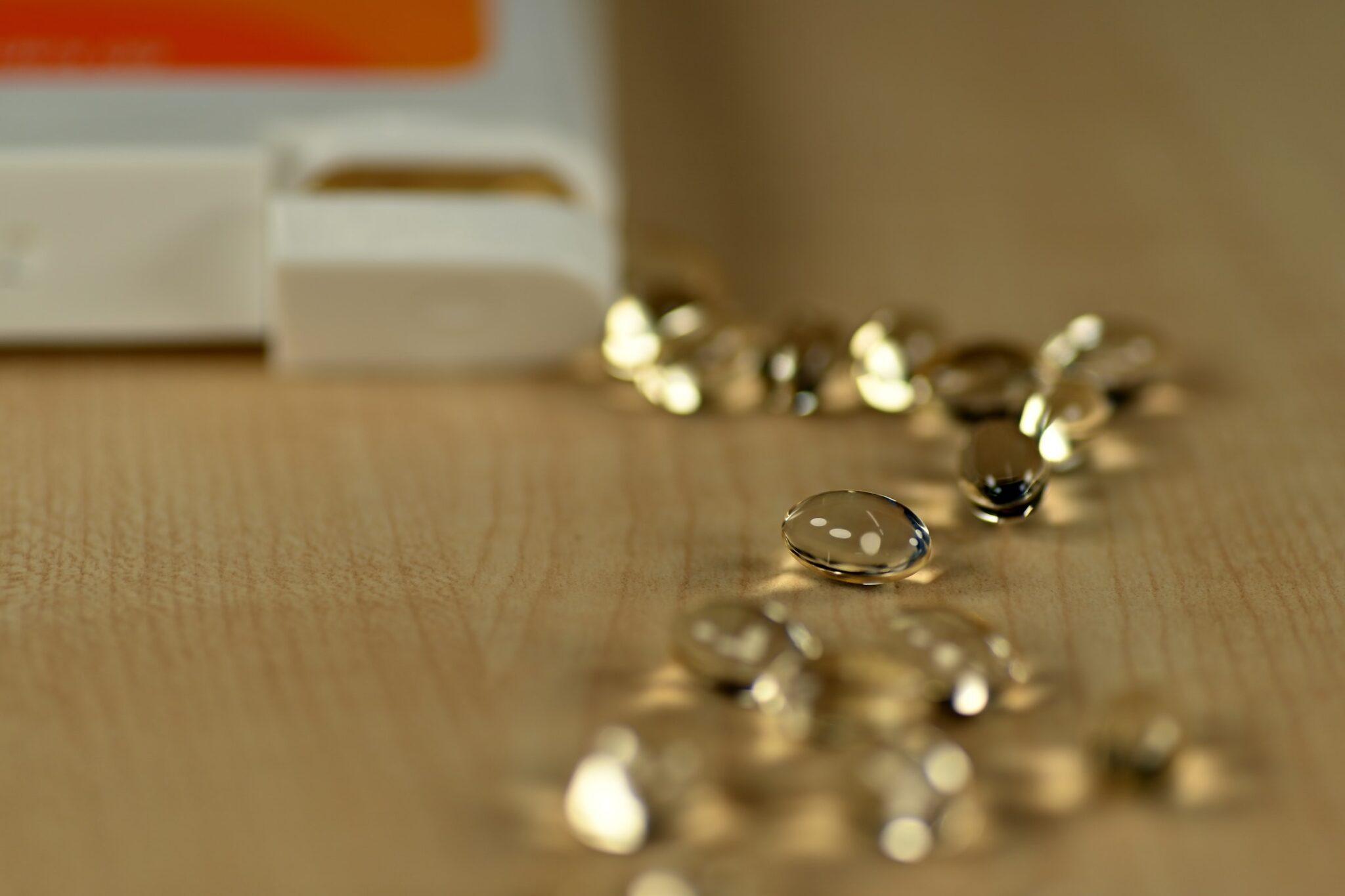 Vitamin D Kapseln auf einem Tisch.