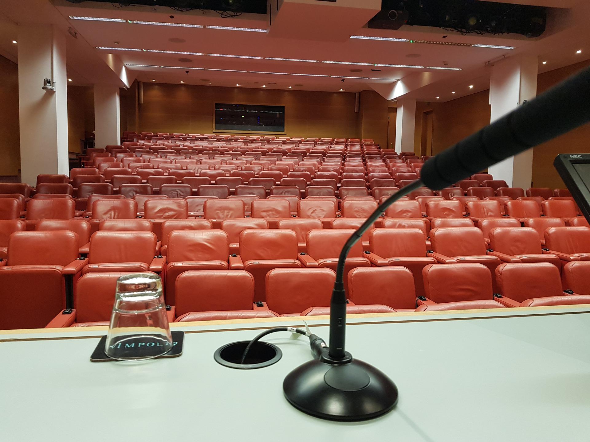 Ein leerer Vortragssaal aus der Perspektive des Rednerpultes.