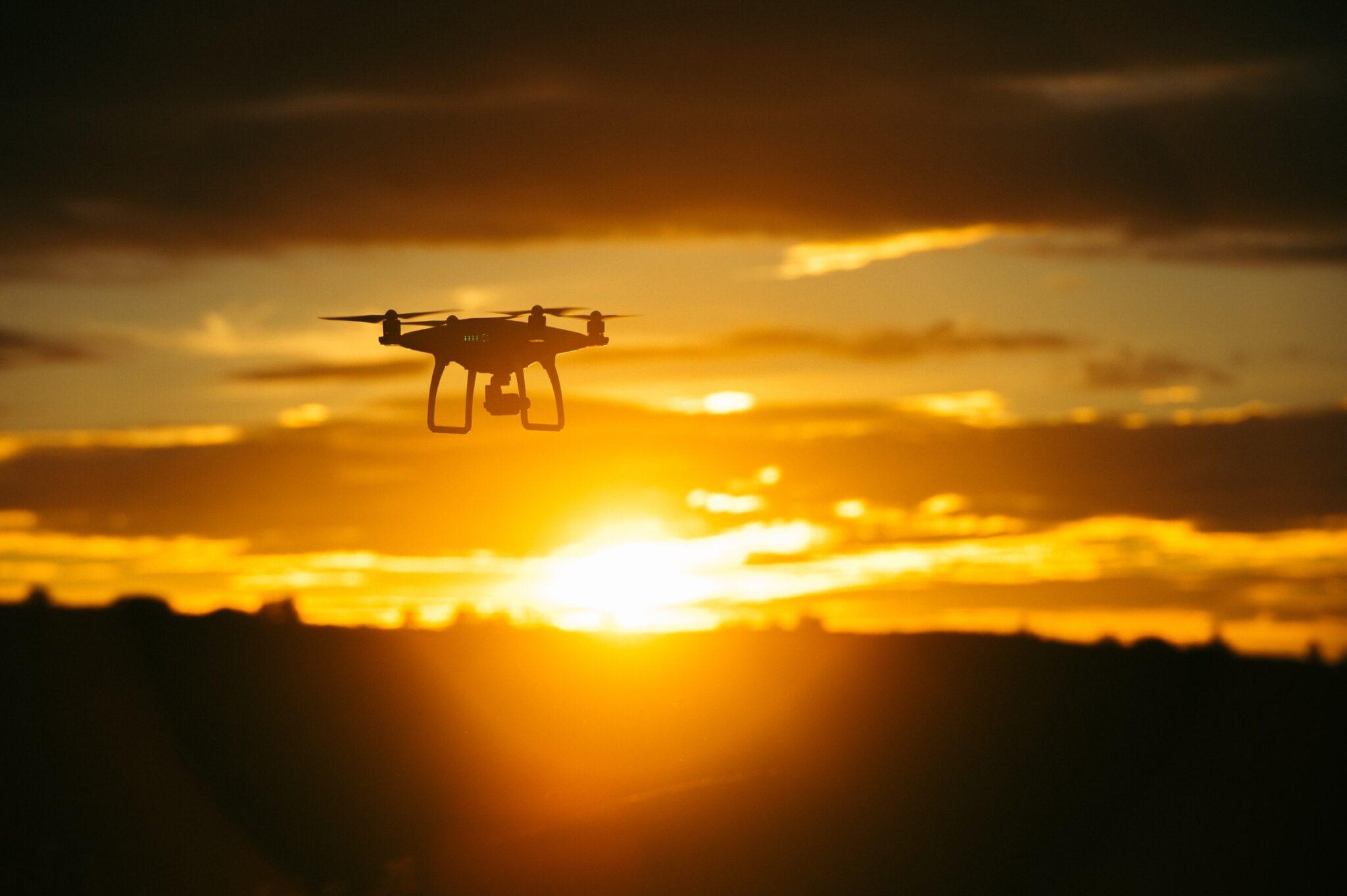 Eine Drohne im goldenen Licht der Dämmerung.