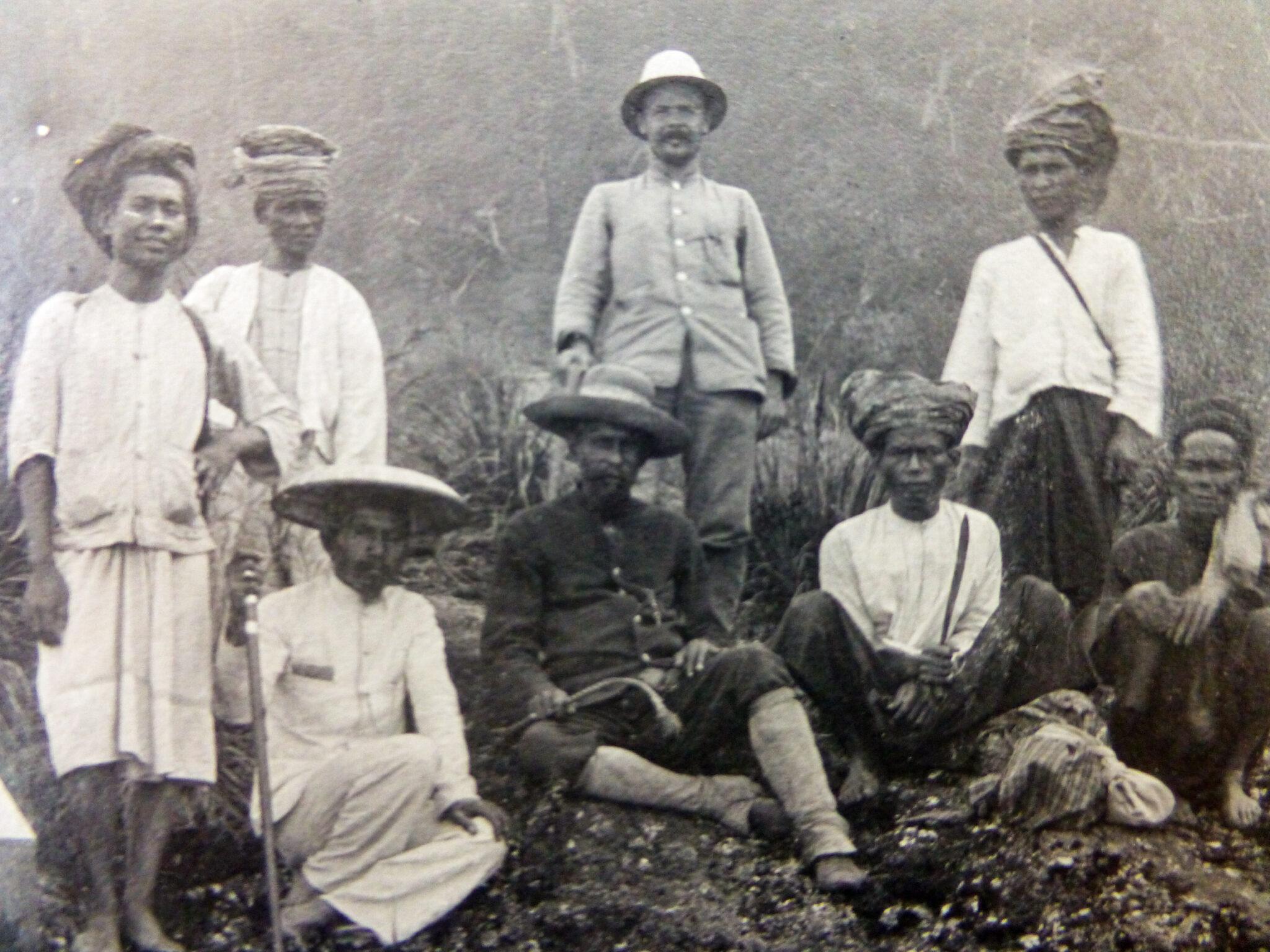 Alfred Ernst (mit Tropenhelm) auf einer «botanischen Studienreise» im malayischen Archipel.