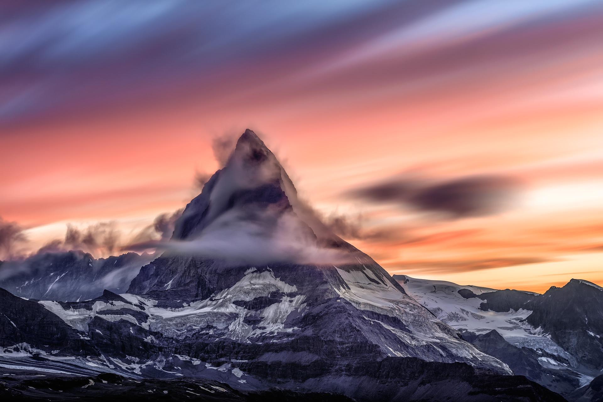 Matterhorn vor farbigem Himmel mit Wolken