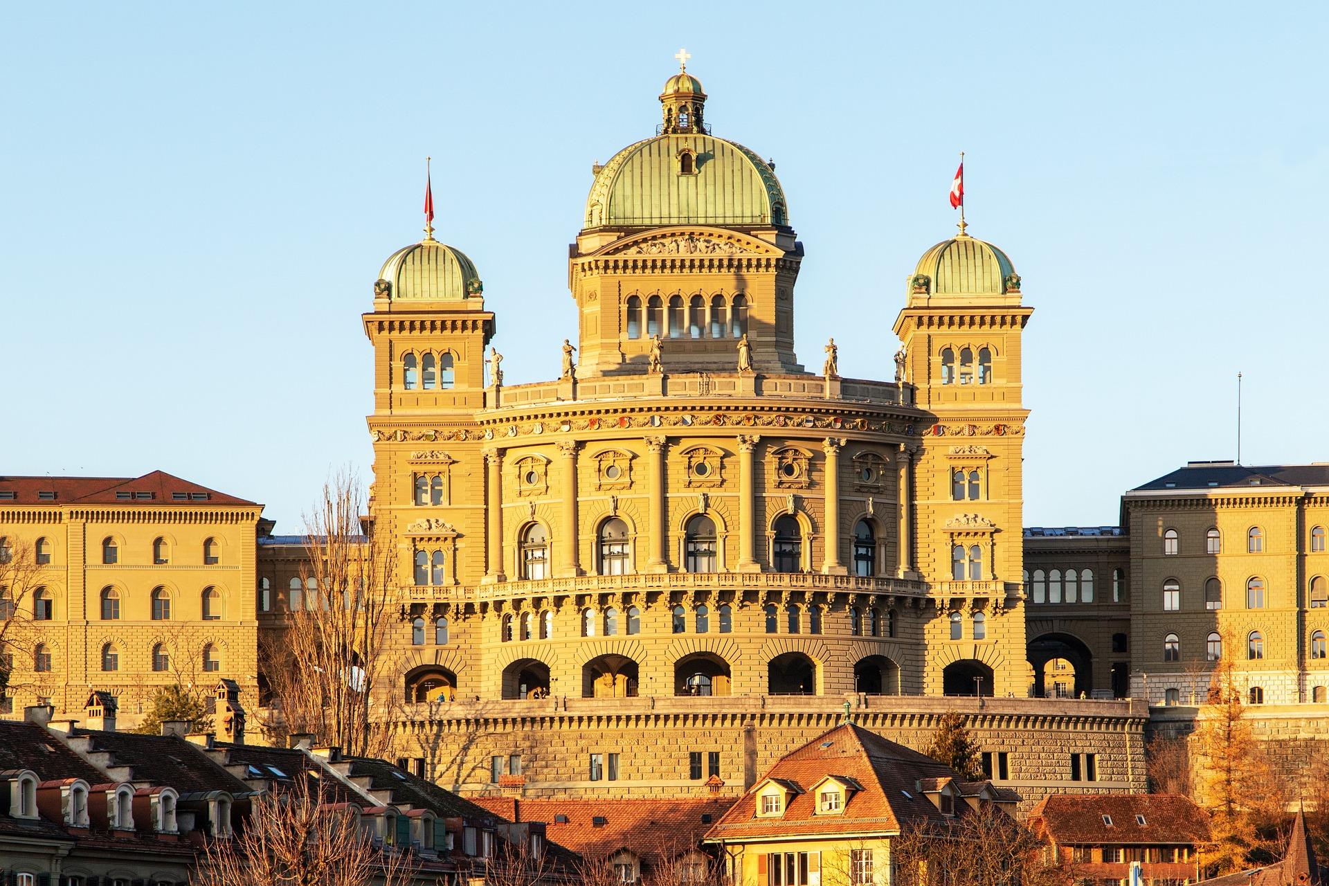 Bundeshaus in Bern im goldenen Licht.