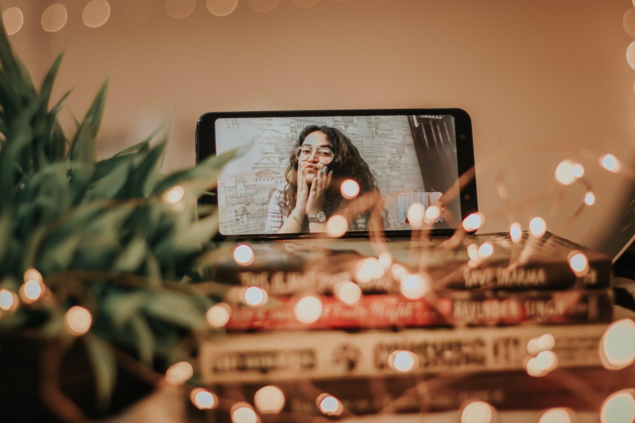 Ein Handy mit Facetime und Lichterdekoration