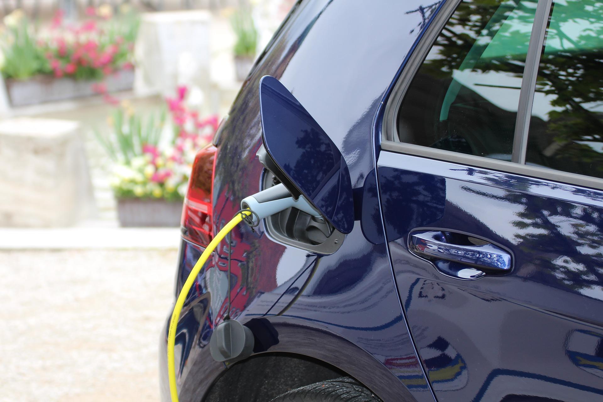 Ein dunkleblaues Elektroauto tankt gerade Strom.