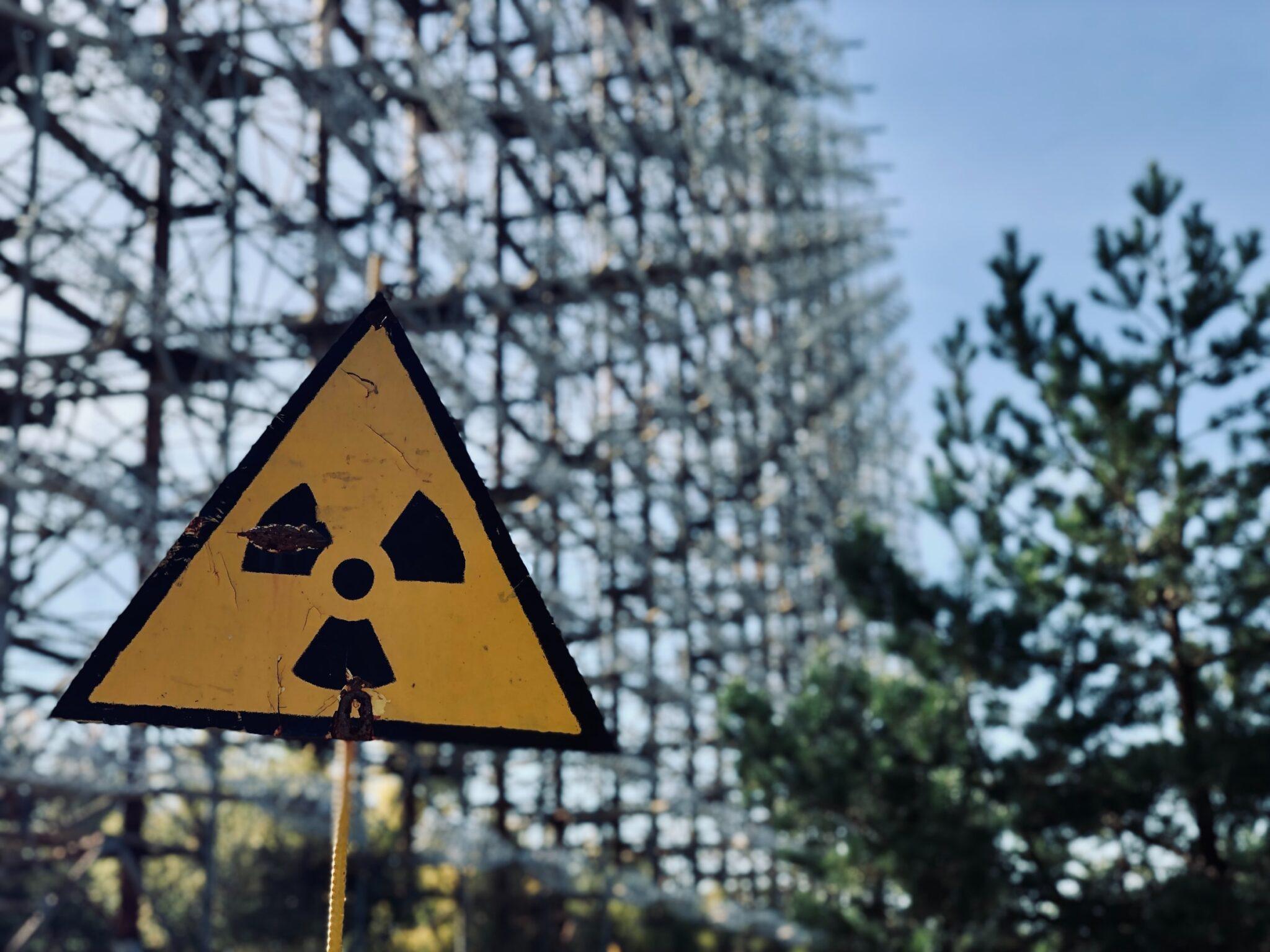 Radioaktivitäts-Warnschild in Pripyat, Tschernobyl.