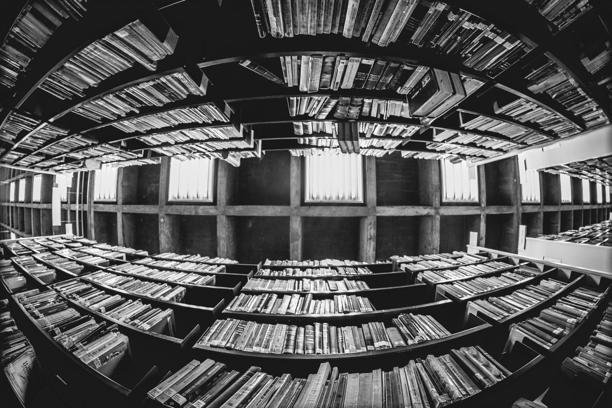 FIsheye-Blick von unten nach oben zwischen zwei Bibliotheksregalen