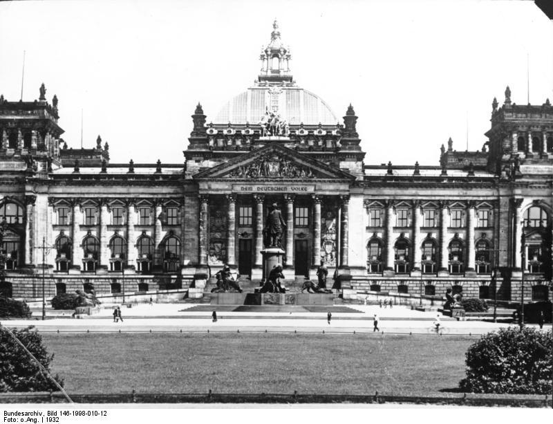 Reichstagsgebäude in Berlin, schwazrweiss-Aufnahme aus der Vorkriegszeit