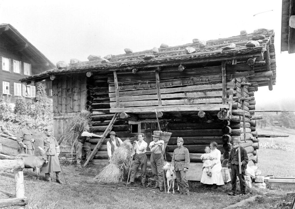 Soldaten mit Ziegen auf einer Alphütte