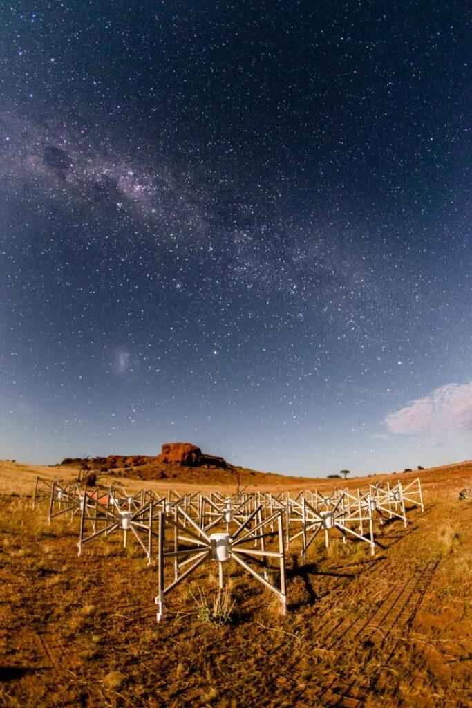 Radioteleskope in der Wüste unter hellem Sternenhimmel