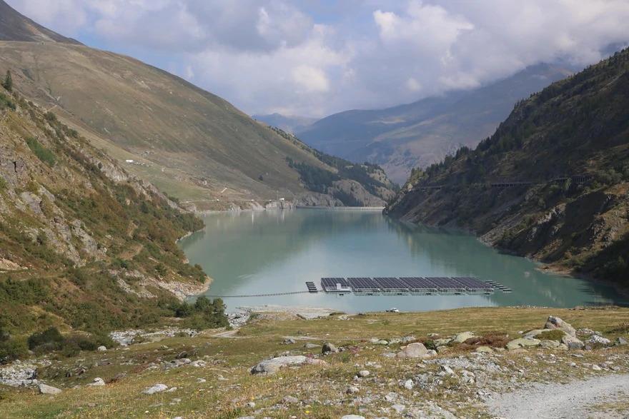 Solarpaeneele schwimmen auf dem Bergsee