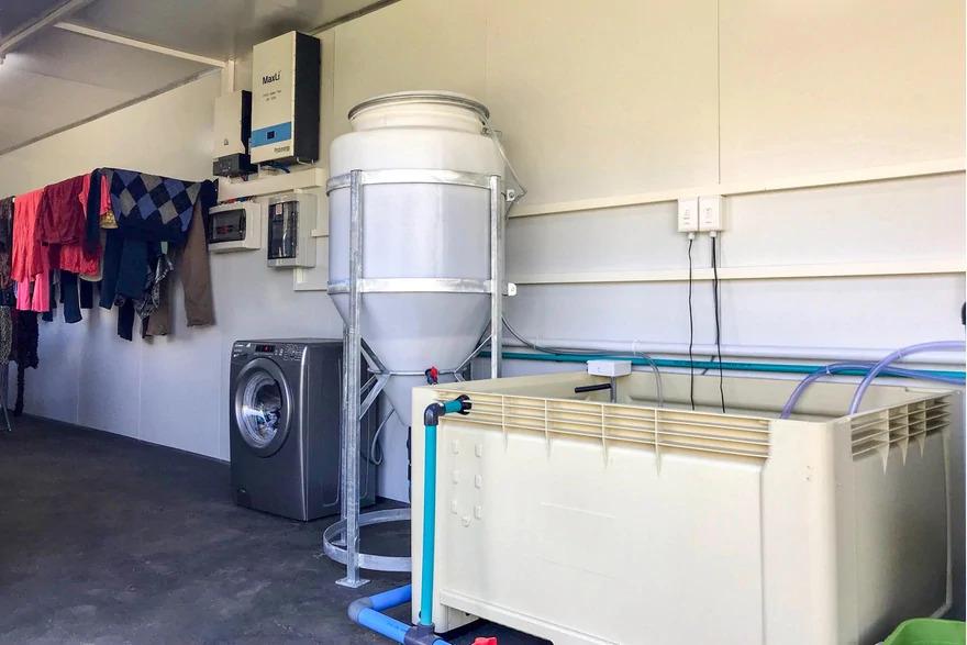 Aufgehängte Wäsche, Waschmaschine und Wasseraufbereiter