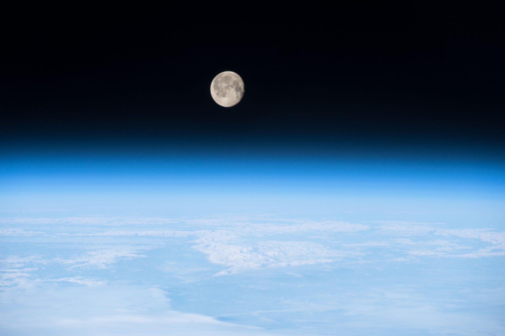 Vollmond über der Erde von der ISS aus gesehen.