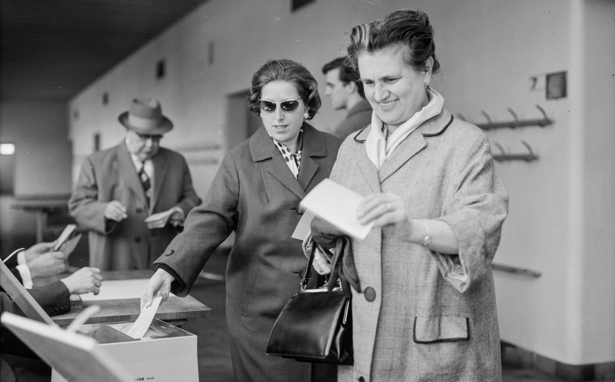 Frauen an einer Wahlurne