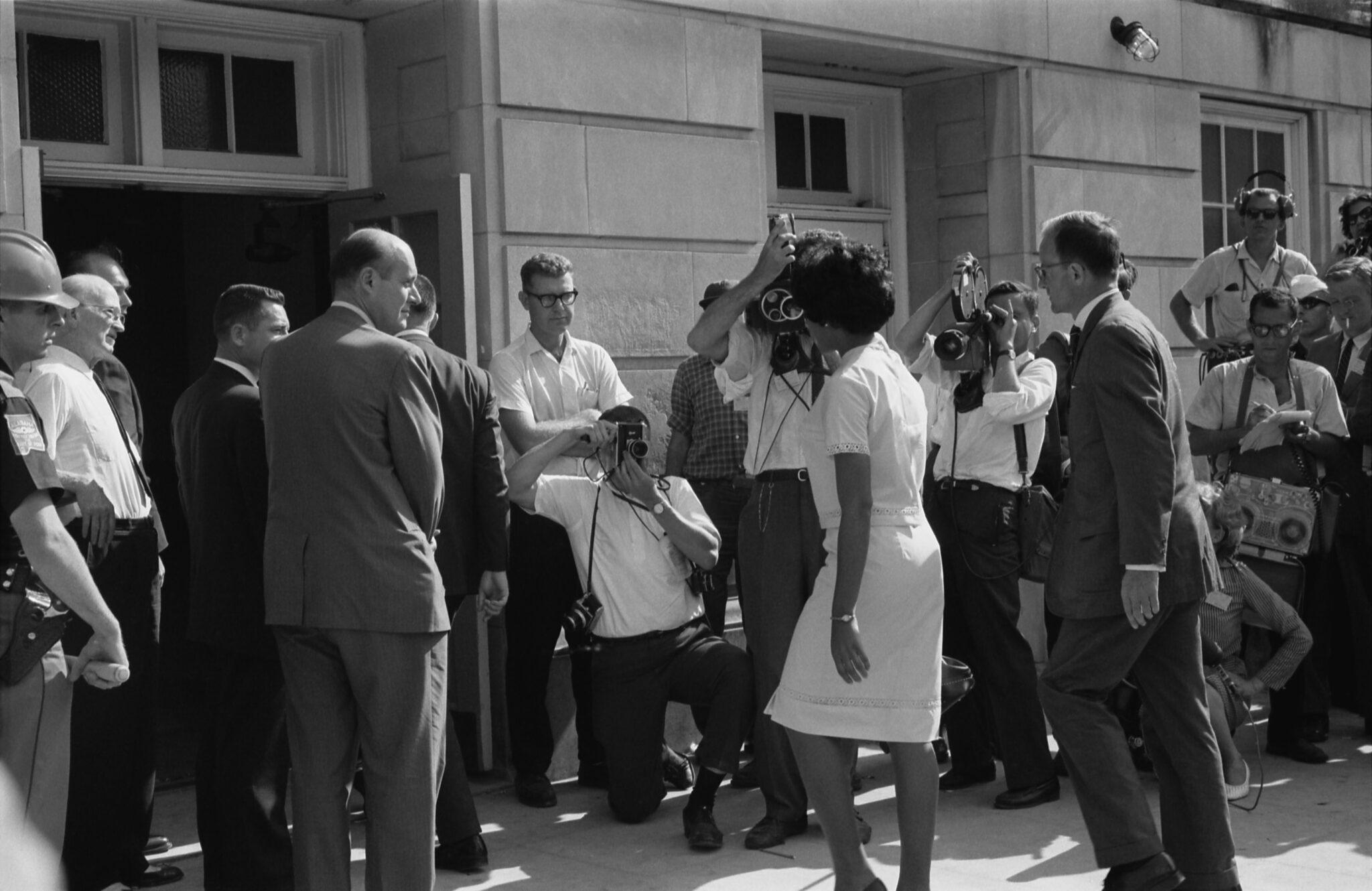 Historisches Foto von Vivian Malone, wie sie auf dem Weg ist sich in die Universität von Alabama einzuschreiben