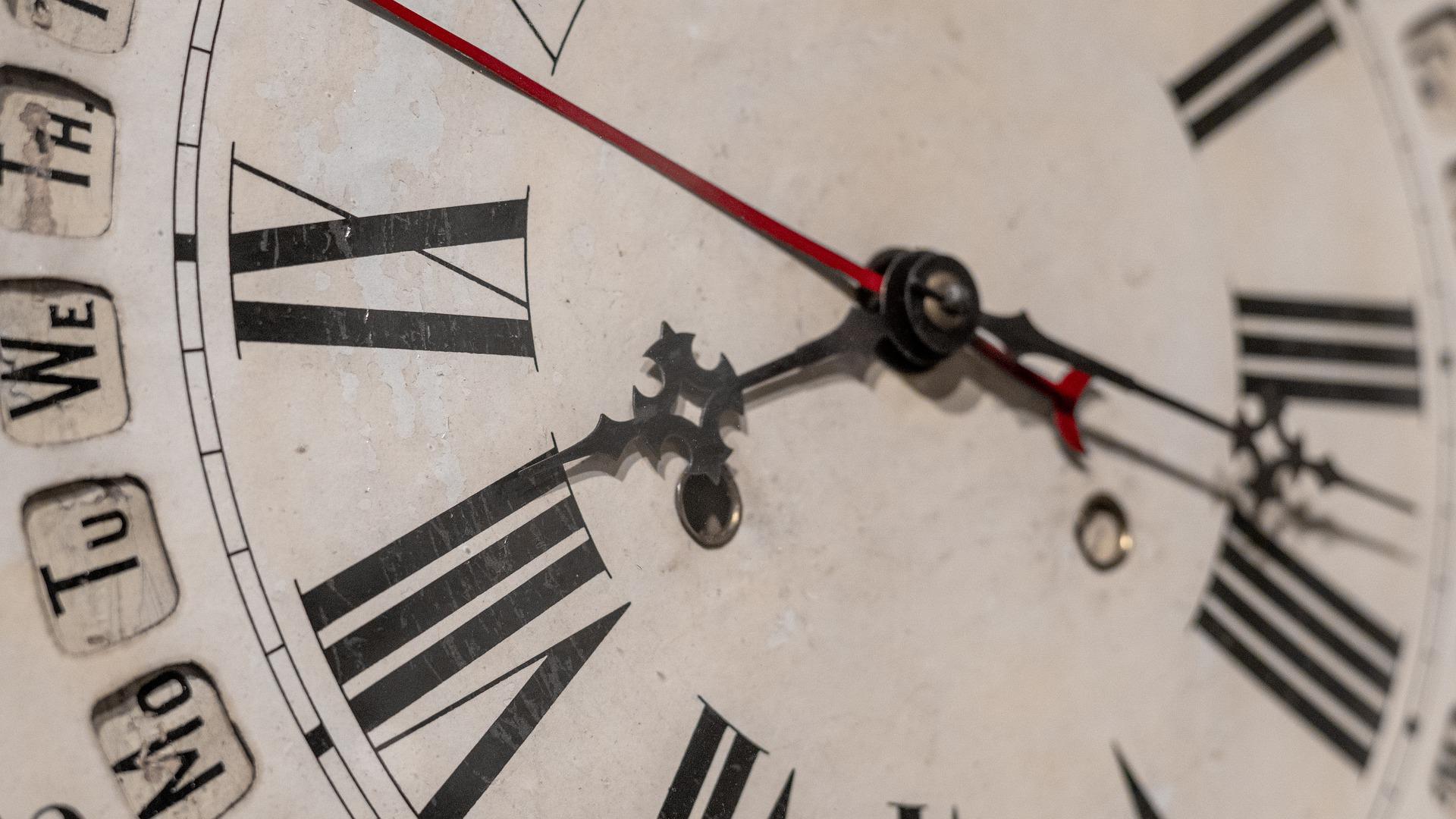 Close-up einer älteren Uhr.