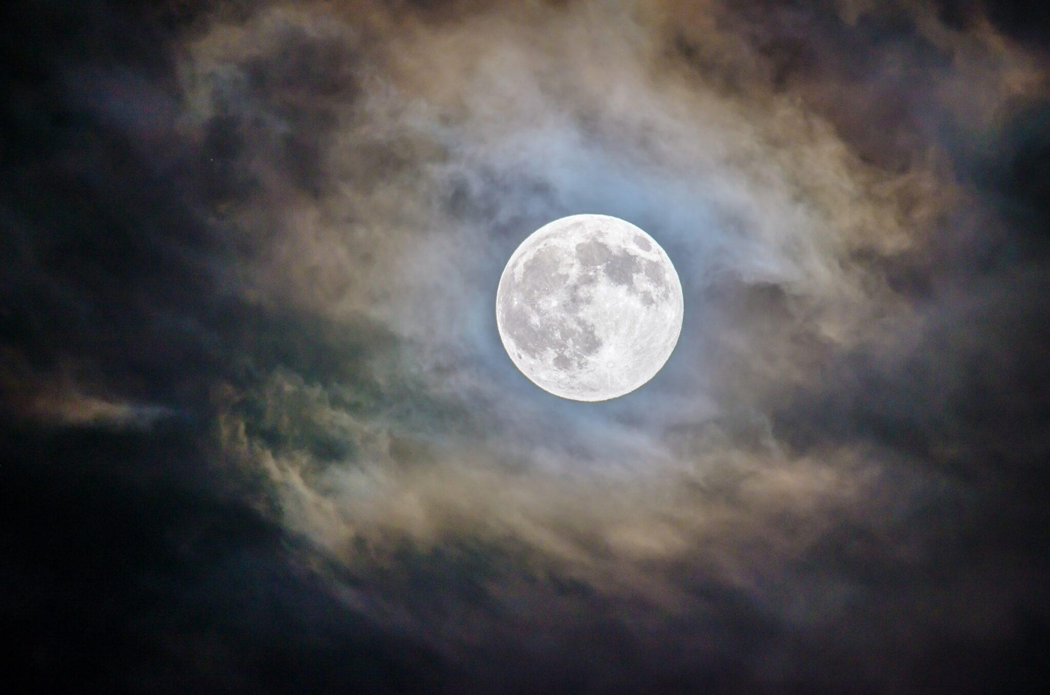 Vollmond mit Halo und Wolken am Nachthimmel