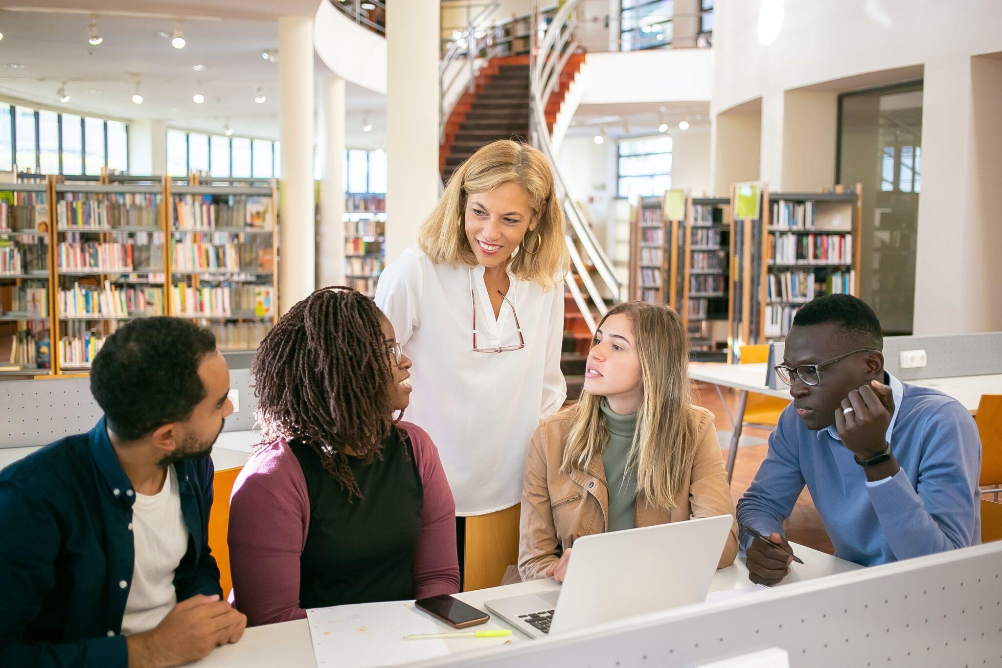 diverse Lerngruppe in einer Bibliothek