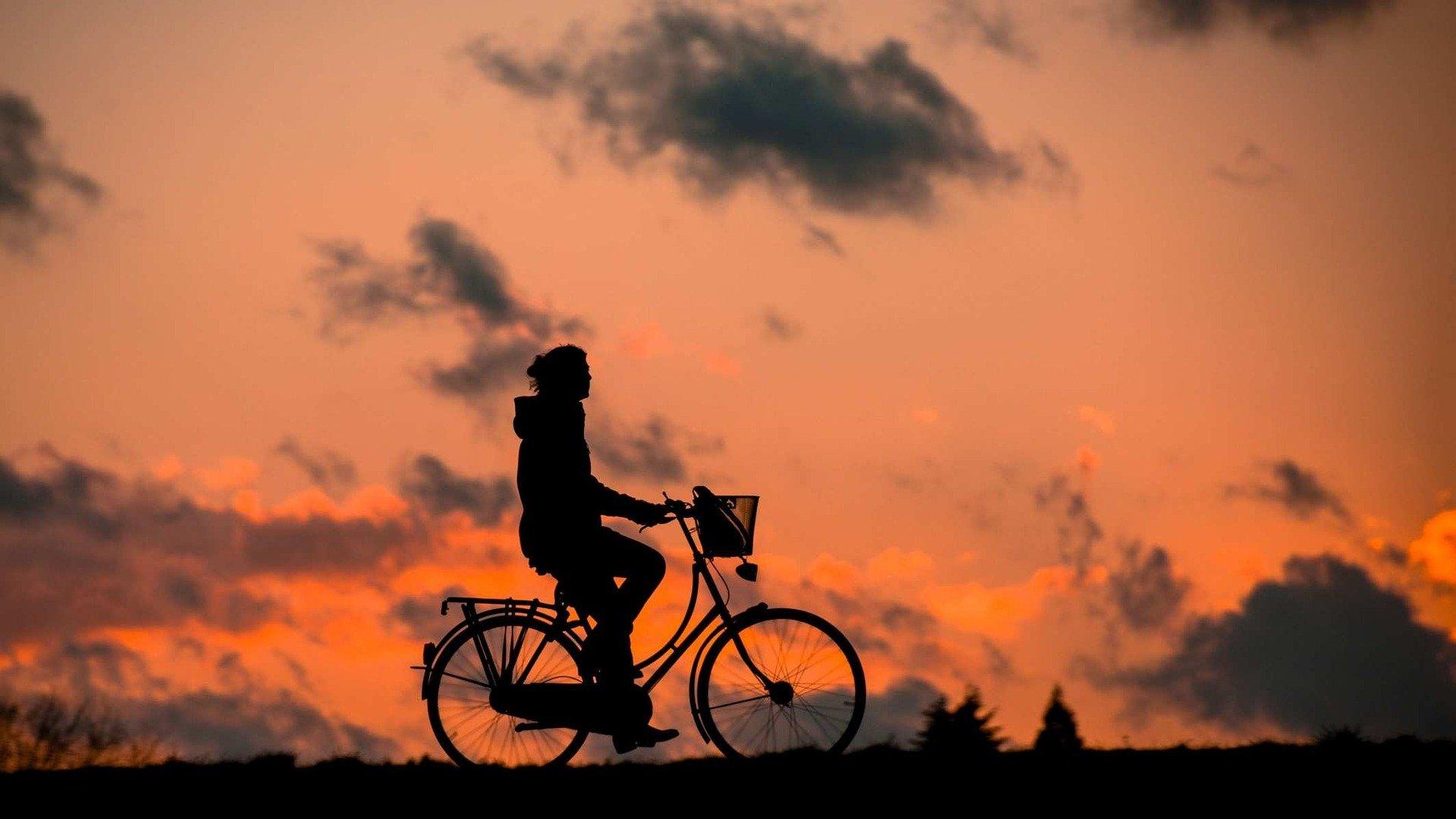 Silhouette eines Fahrradfahrers im Sonnenuntergang