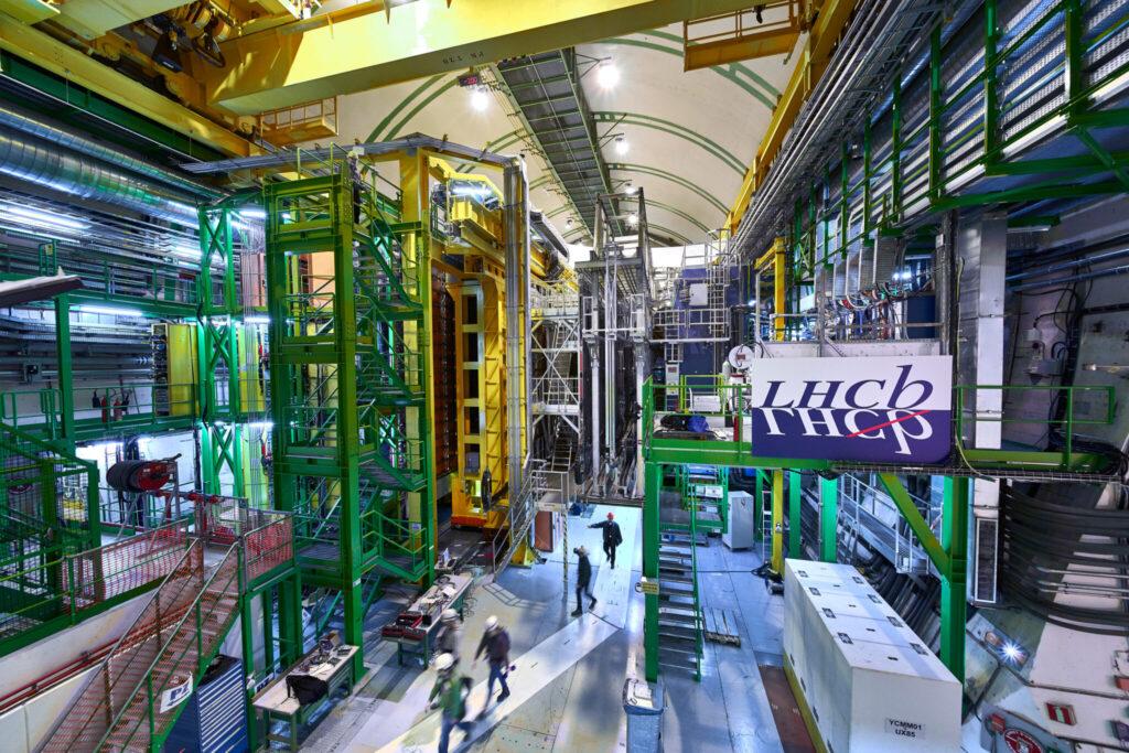 LHCb, das aussieht wie eine grosse Fabrikhalle
