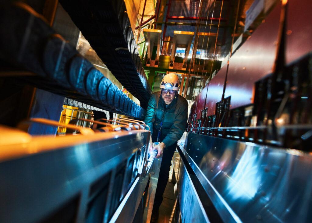LHCb Detektor mit Wissenschaftler