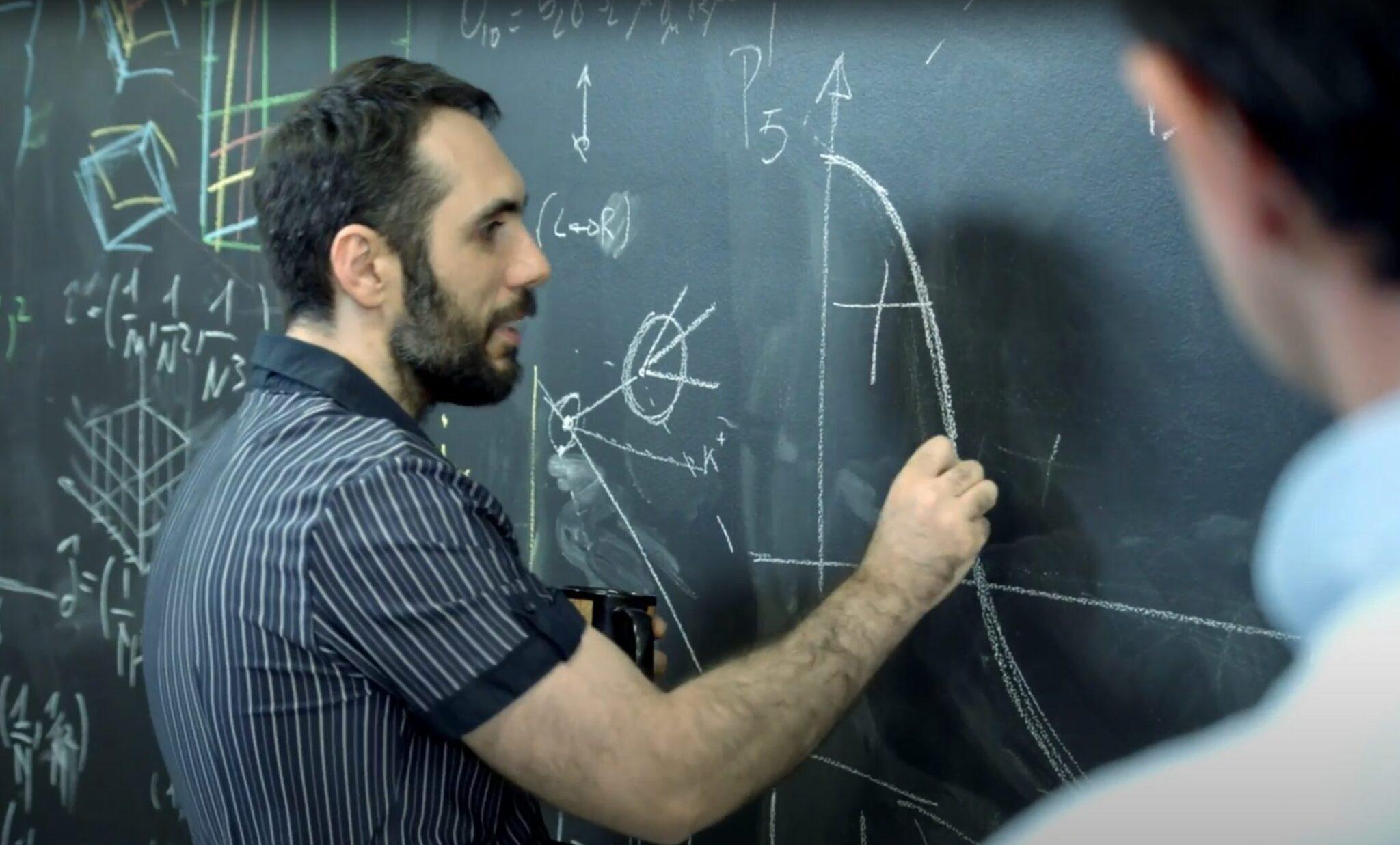 Nicola Serra schreibt Formeln auf eine Tafel