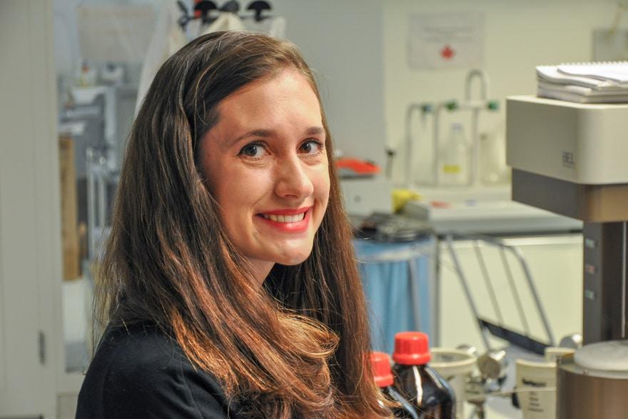 Samantha Anderson sieht im Labor in die Kamera