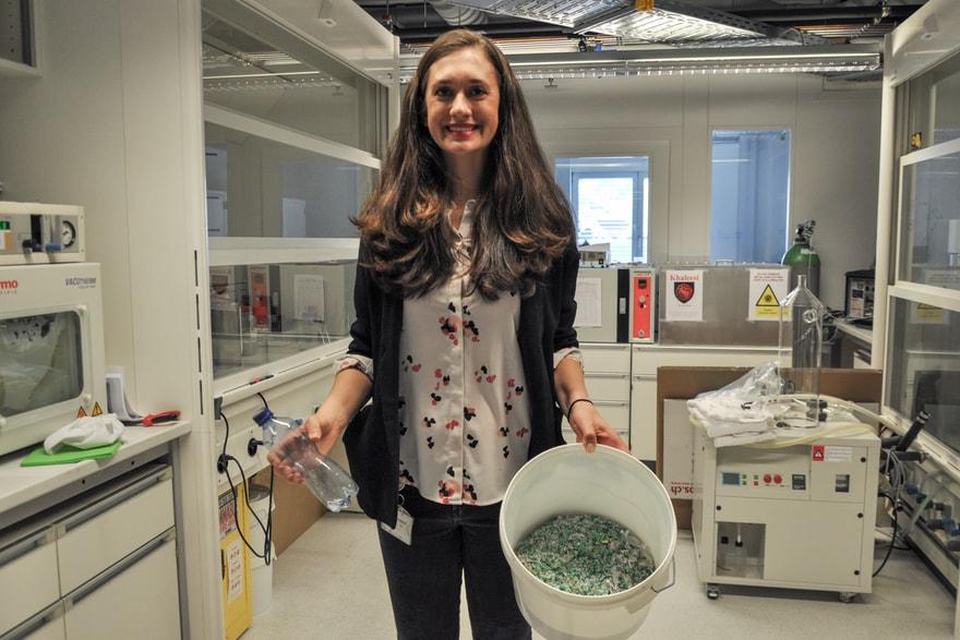 Samantha Anderson zeigt einen Eimer mit Plastik Pellets