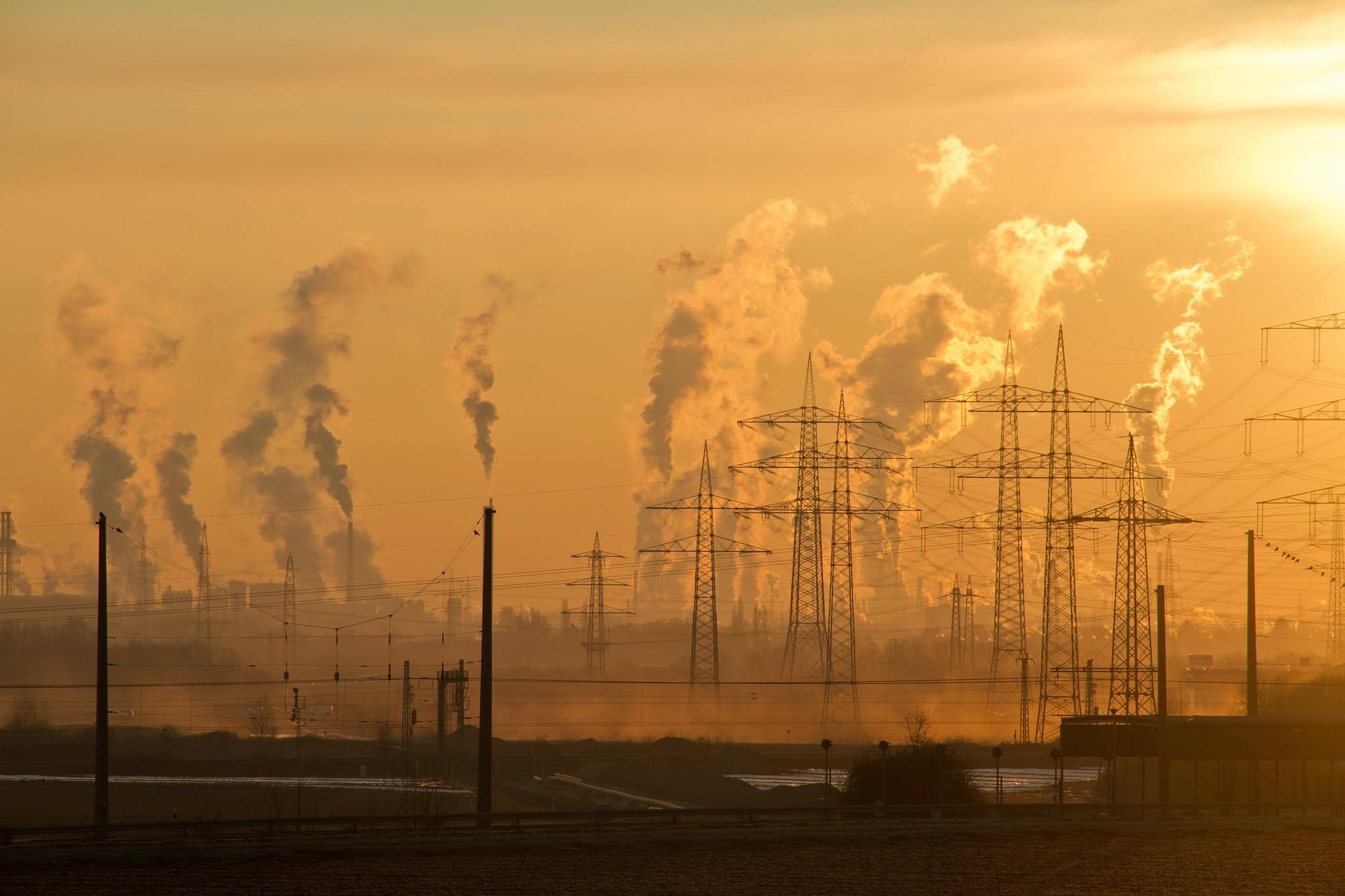 Industrie und Luftverschmutzung in orangefarbenem Licht