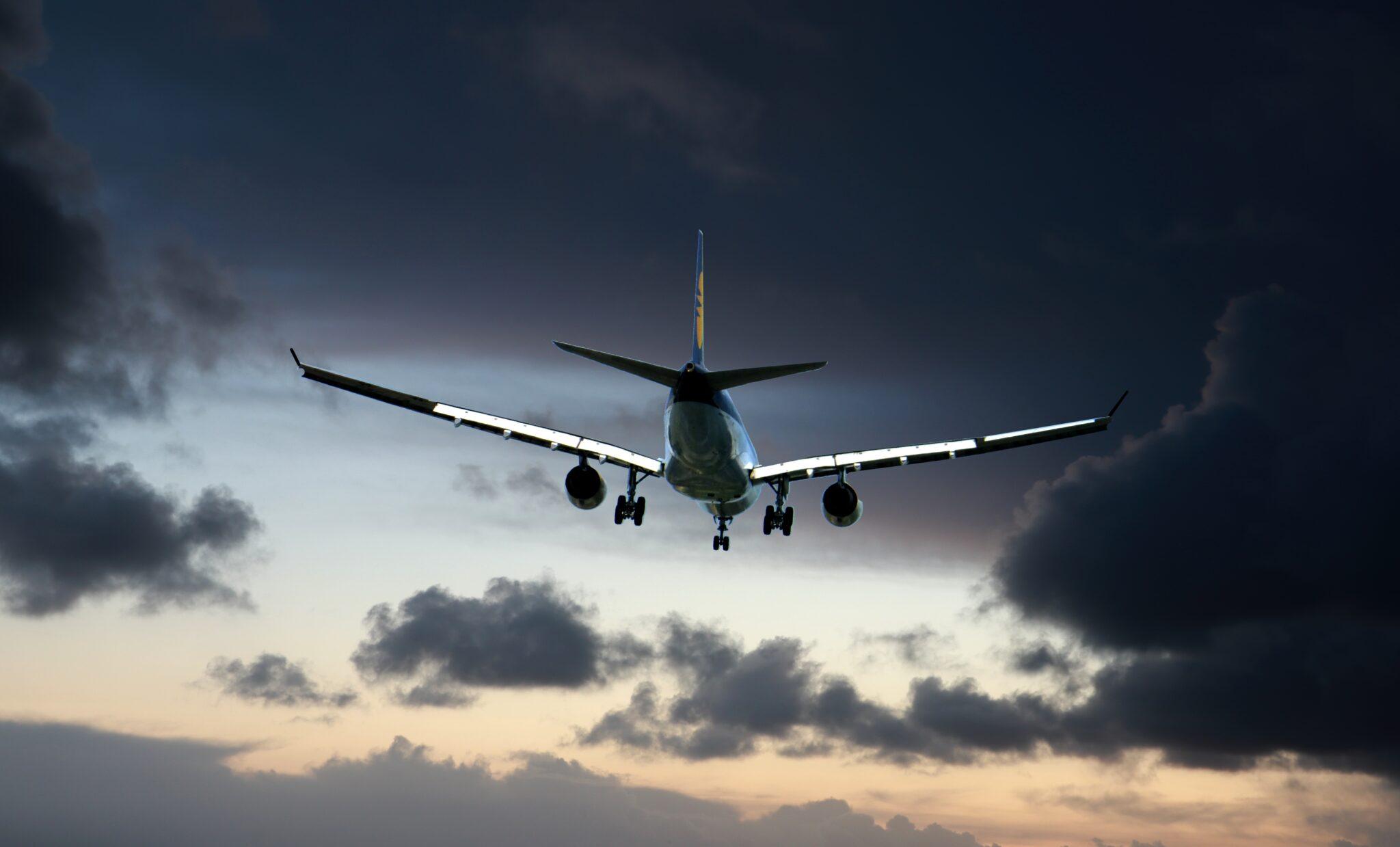 Flugzeug in Ansicht von hinten