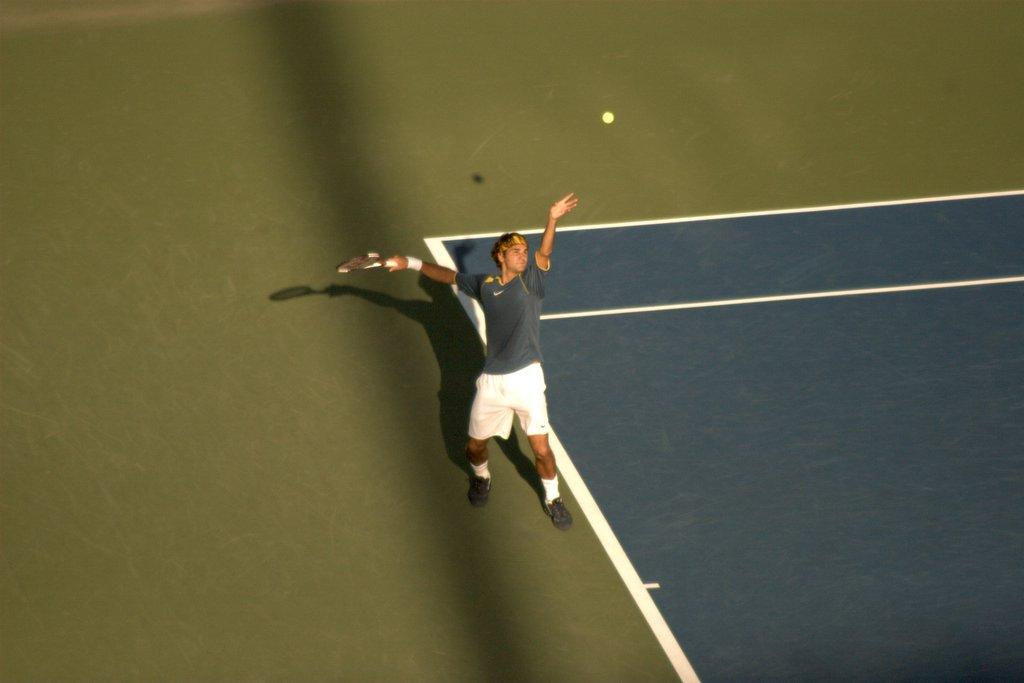 Roger Federer bei den US Open 2005, gerade bei einem Aufschlag aus der Vogelperspektive.