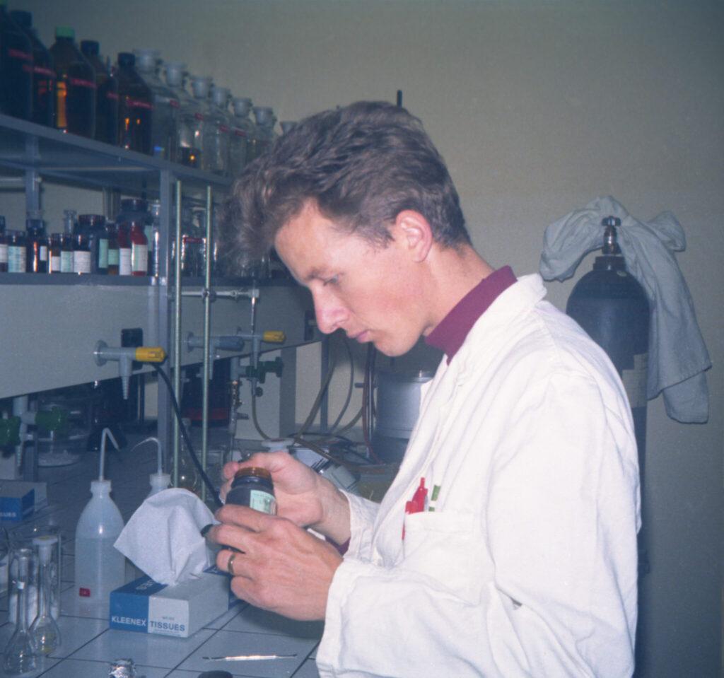 Peter Geisser schaut im Labor ein Präparat an