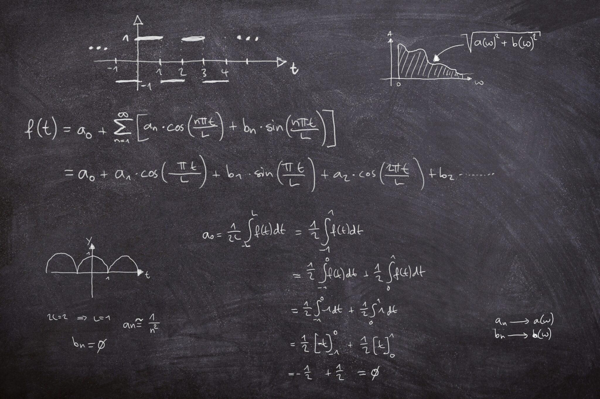 Eine Tafel mit mathematischen Fourier-Formeln.
