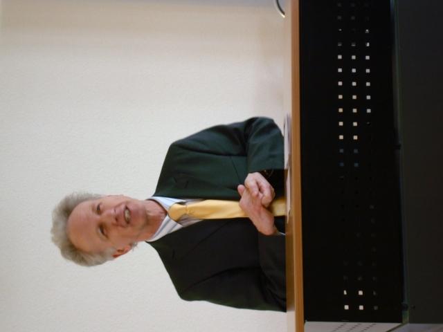 Peter Geisser redet an einem Pult