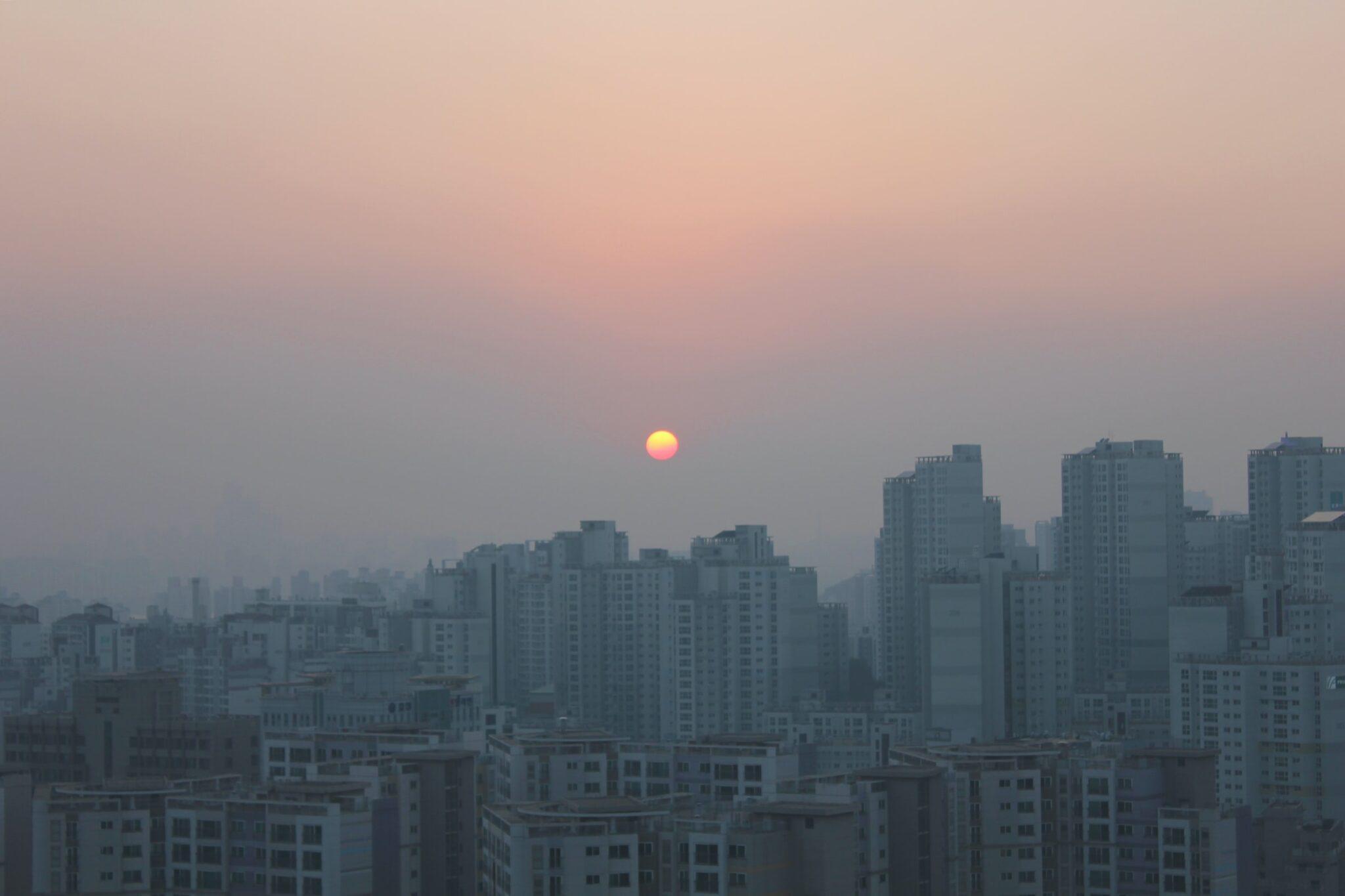 Seoul im Smog und Sonnenaufgang oder Sonnenuntergang