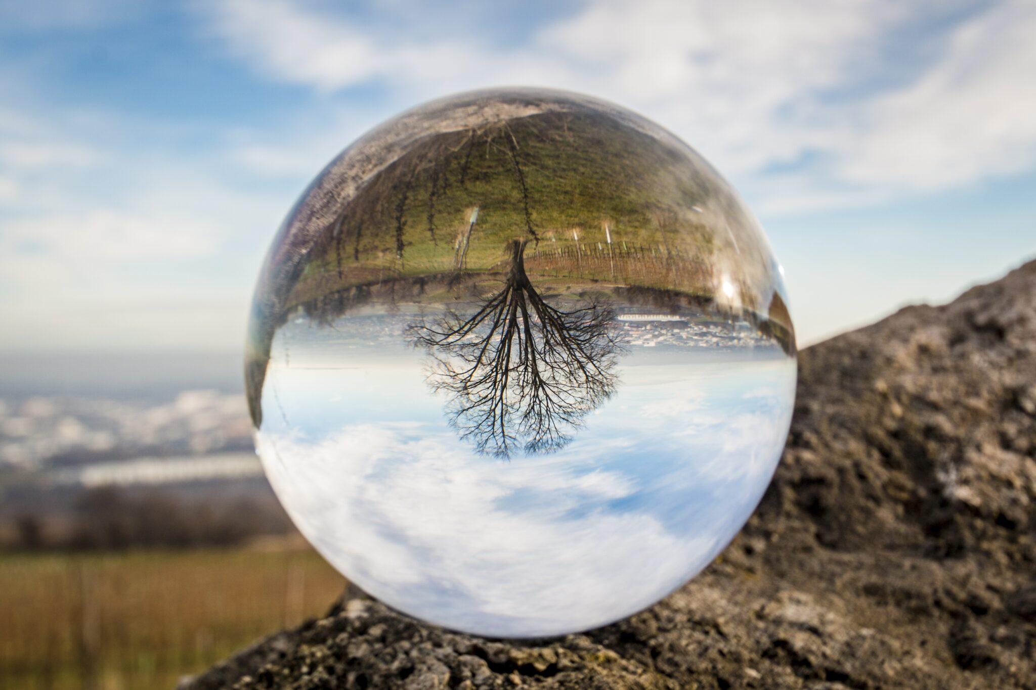 Landschaft spiegelt sich kopfüber in einer Glaskugel