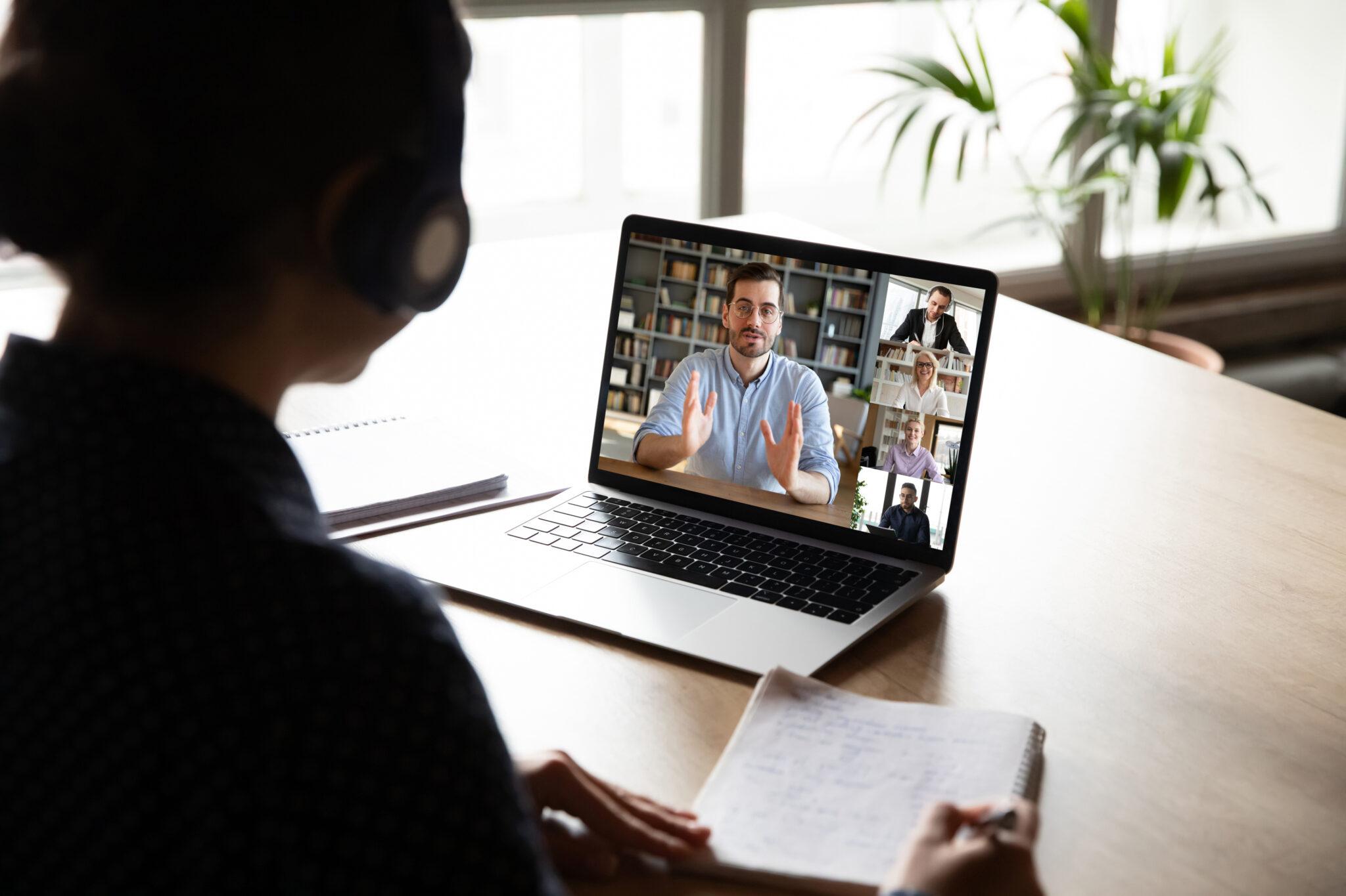 Eine Frau sitzt in einem Videomeeting