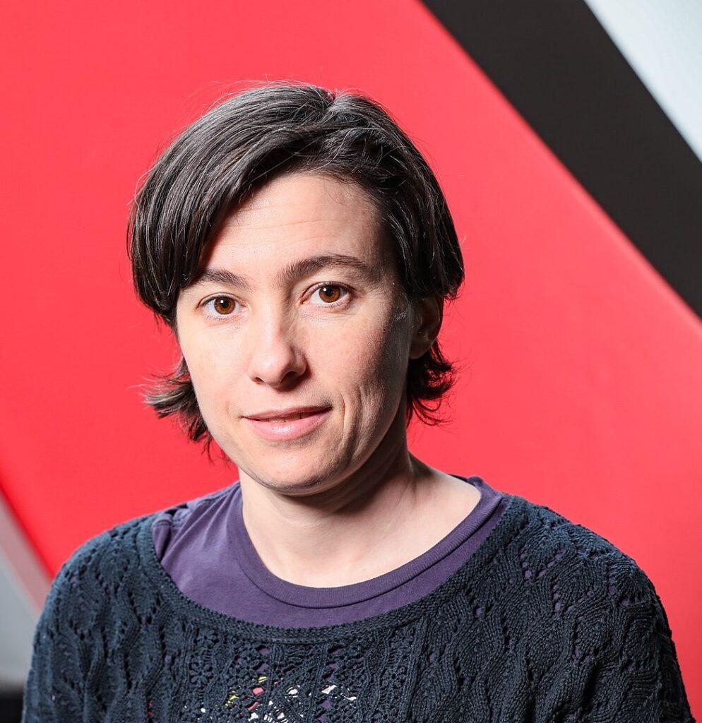 Carmela Troncoso vor rotem Hintergrund