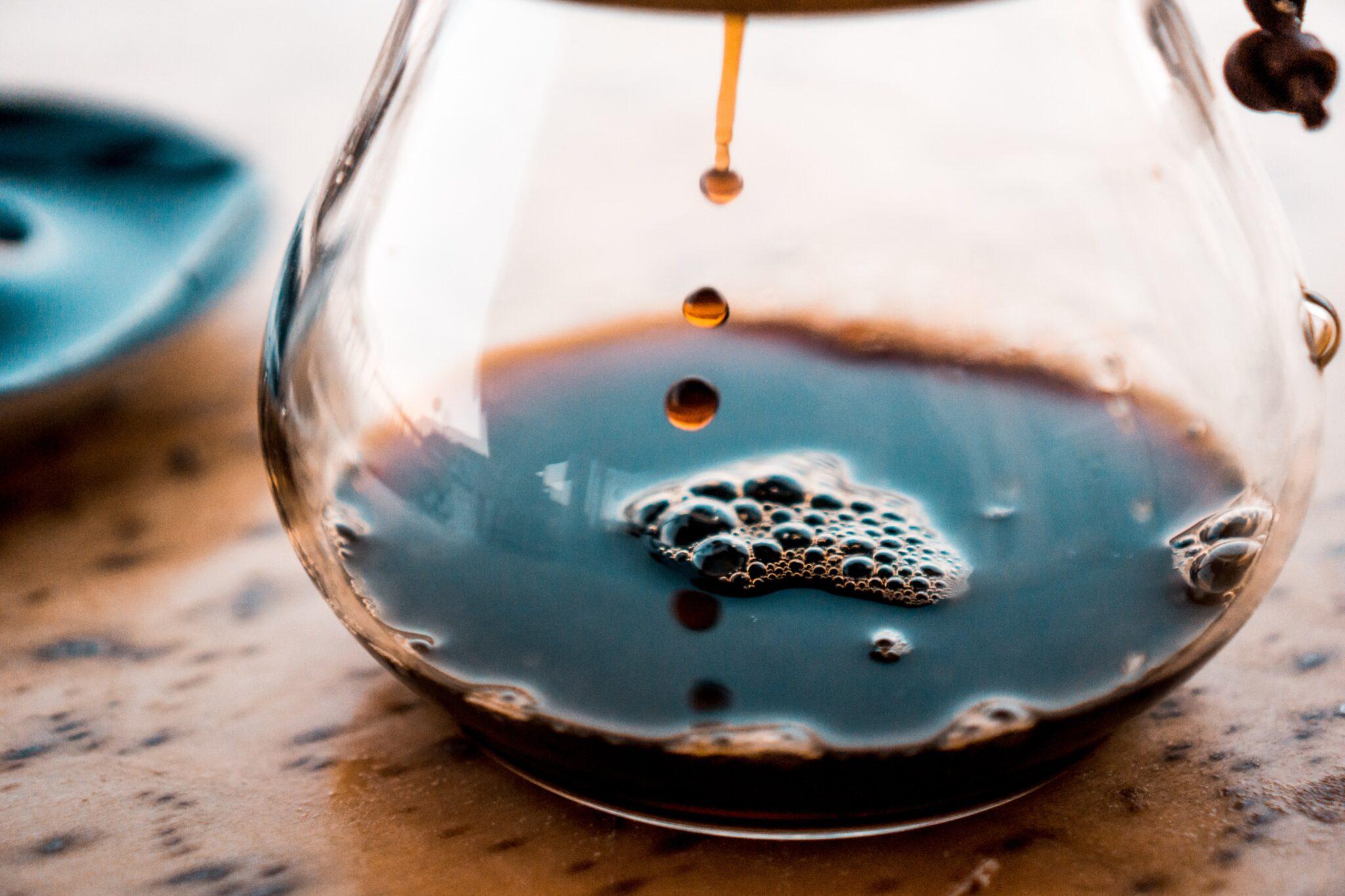 Kaffee, der langsam in eine Glaskanne tropft