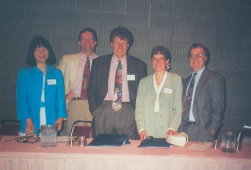 Ein Gruppenfoto mit 5 Personen.