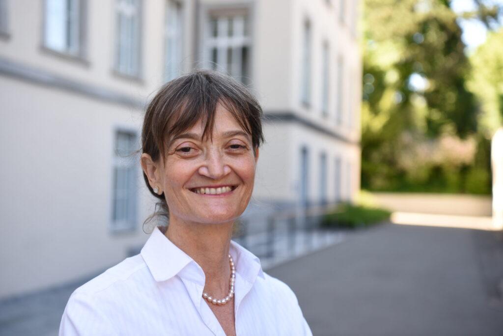 Helen keller in weisser Bluse auf dem Campus