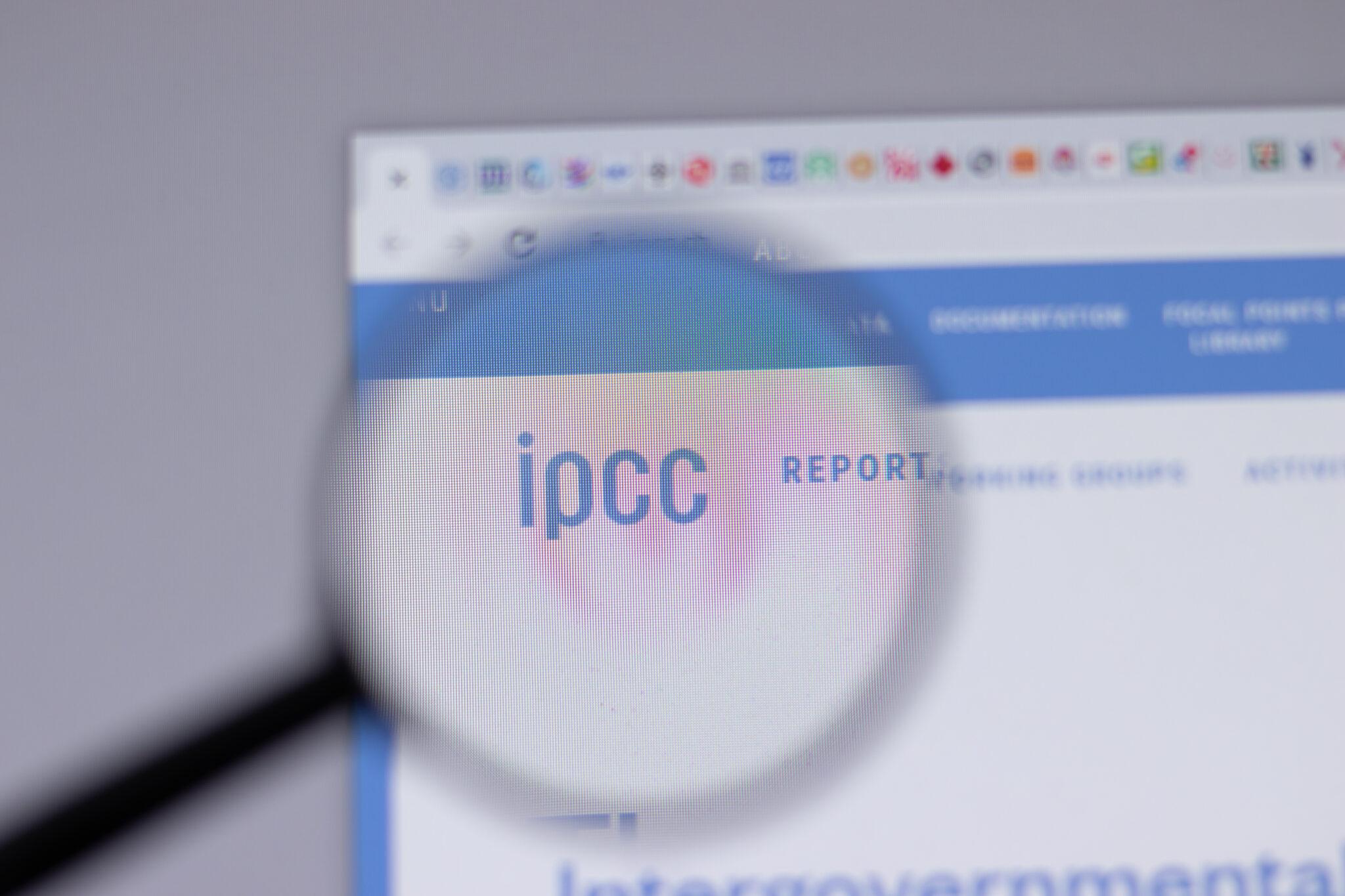 Eine Lupe vergrössert das IPCC Logo der Website