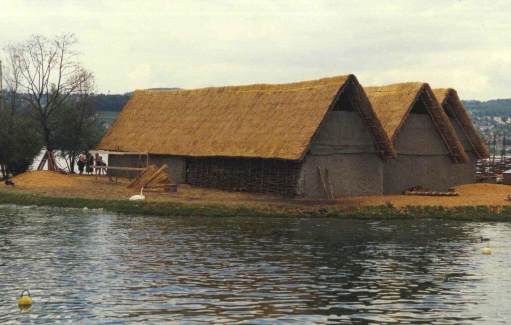 Nachbau von Pfahlbauten neben dem Zürichsee