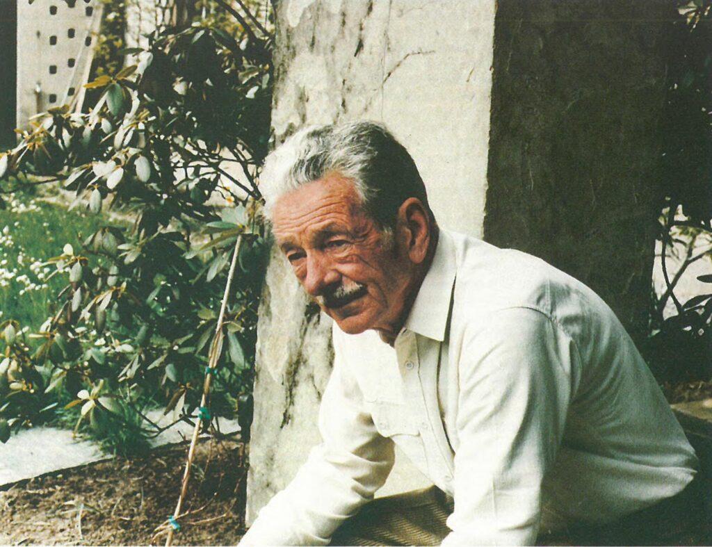 Bertold Suhner gebückt im Garten