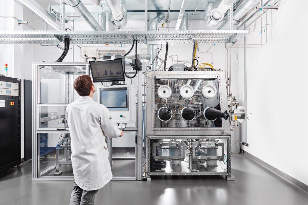 Ein Mitarbeiter steht in der Tritium-Recyclinganlage.