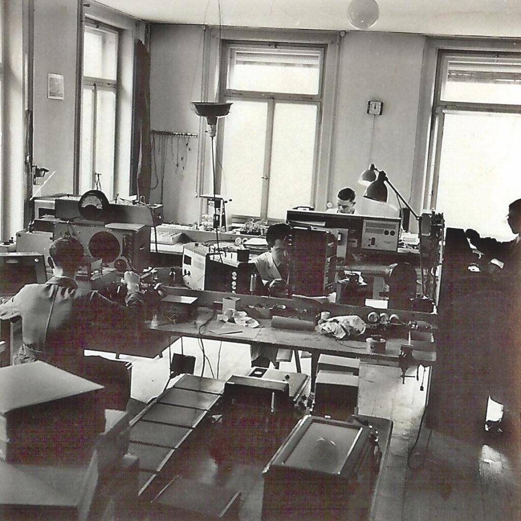 Schwarzweissfotografie einer Werkstatt