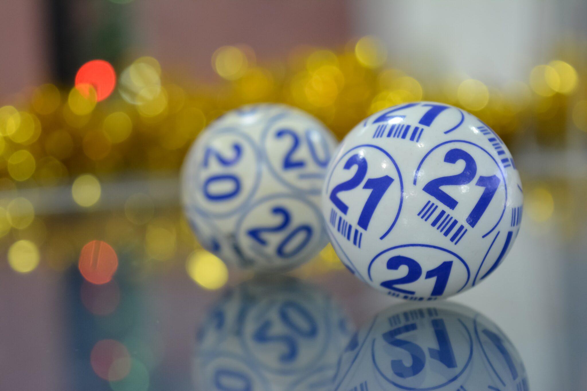 2 Lotteriekugeln in Nahaufnahme vor unscharfem Hintergrund