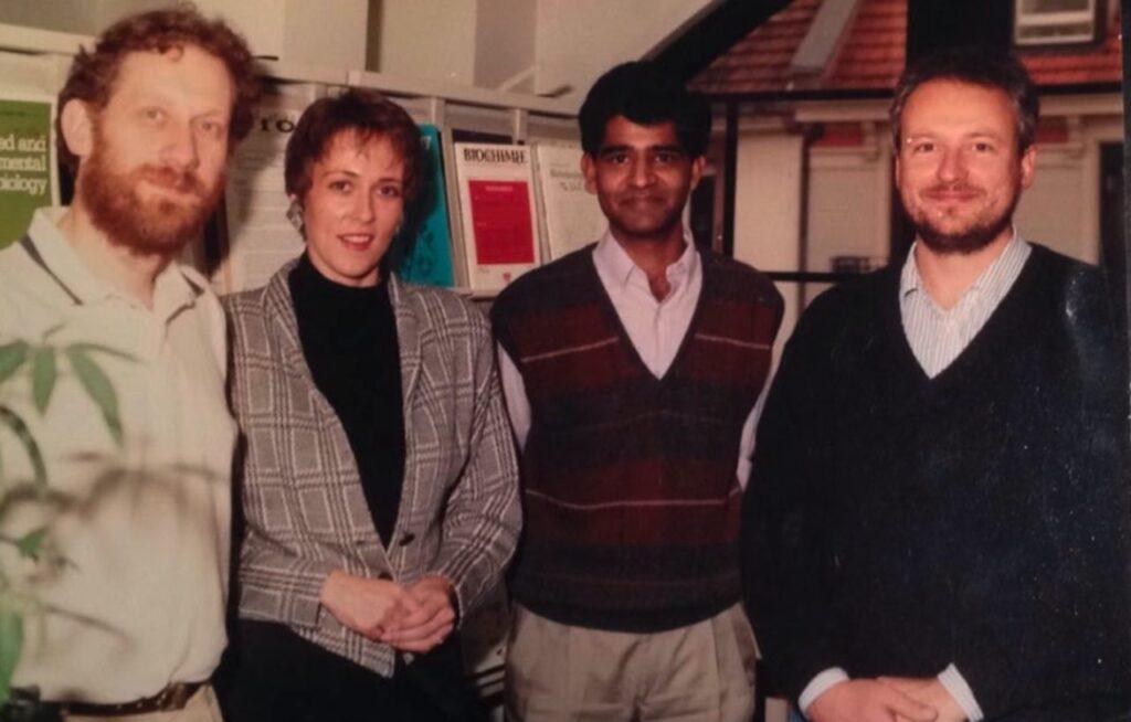 3 Wissenschaftler und eine Wissenschaftlerin auf einem Gruppenfoto
