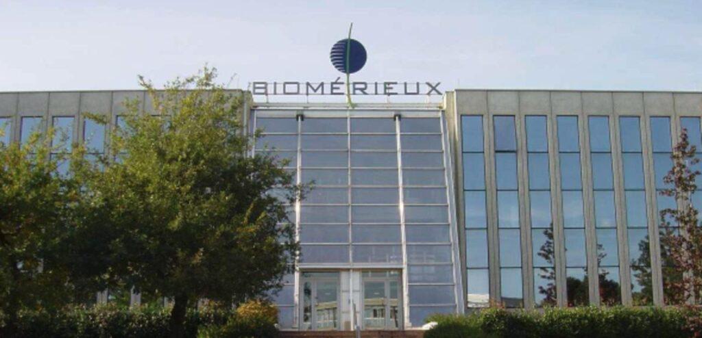 Glasfassade mit Biomerieux Schriftzug oben auf dem Gebäude.