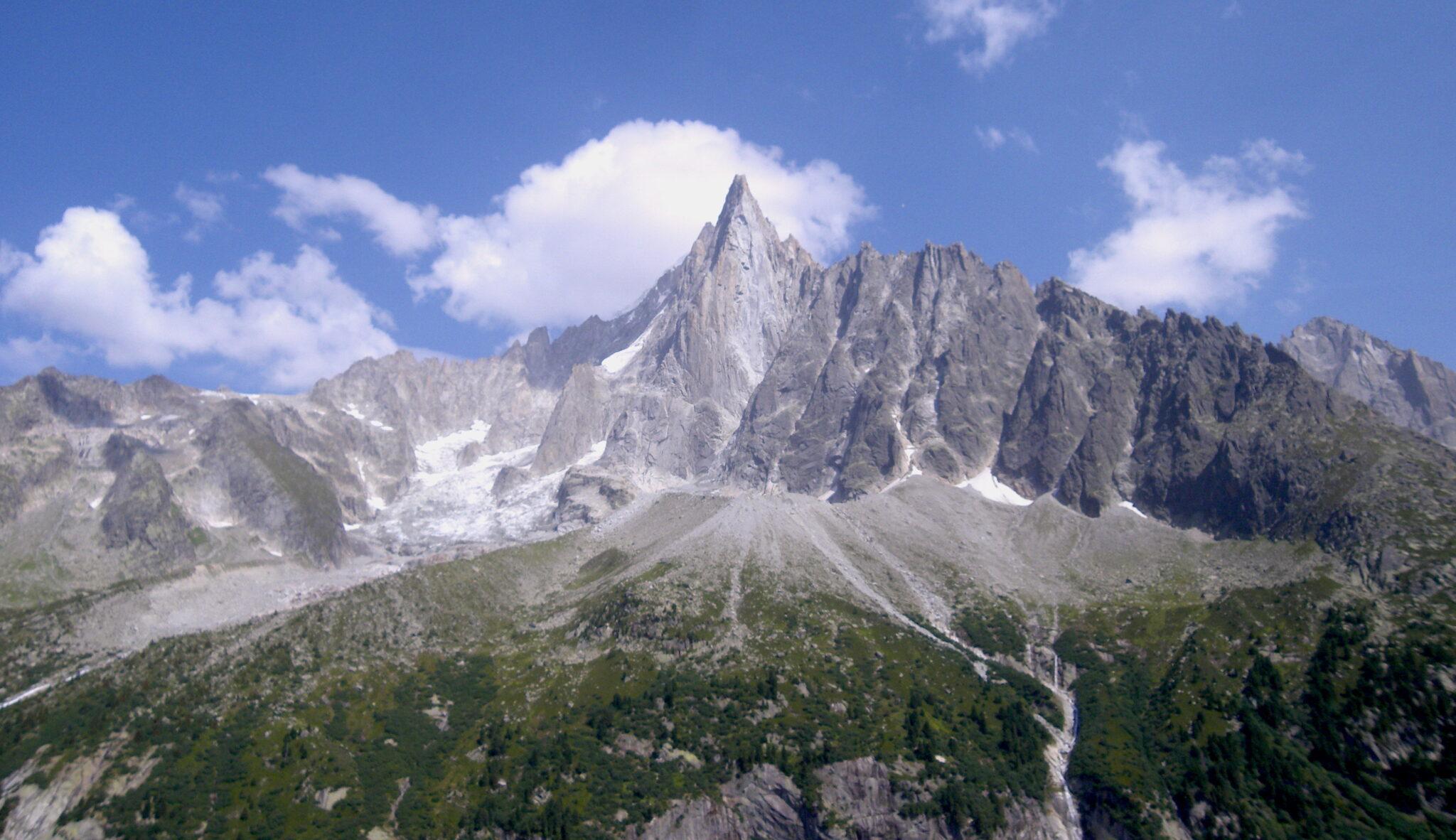 Bergkette Les Drus im Montblanc bei schönem Wetter im Sommer.
