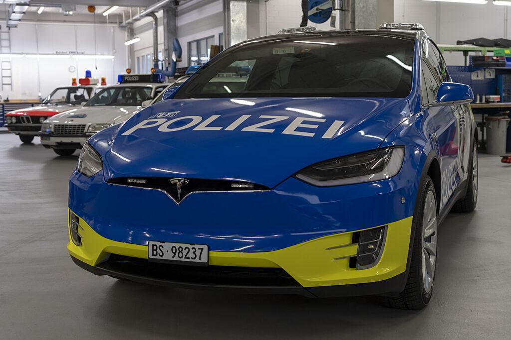 Blau-Gelber Polizei-Tesla